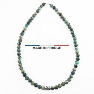 Collier pierre semi précieuse turquoise africaine 8 mm et 1 gros intercalaire argenté ajouré vue du dessus